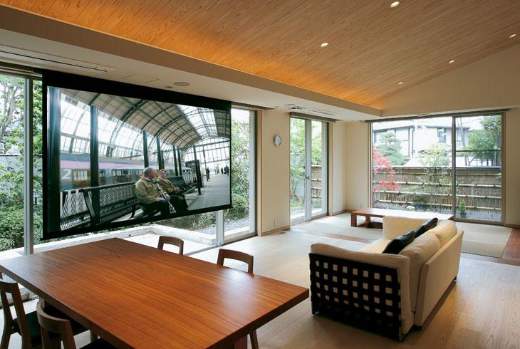 Y邸 / 庭を眺め、時に映像を見る。同じ場所を用途に応じて変えることは、日本人が本来もつ空間概念です。