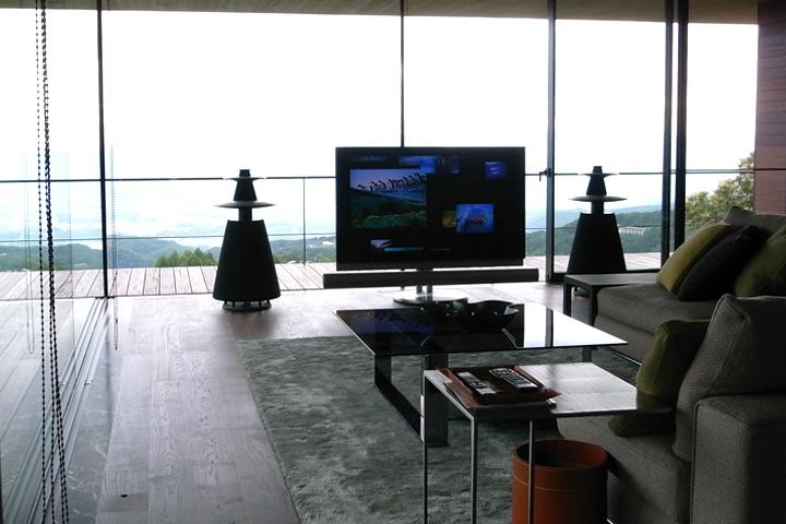 K邸 / 開放的なピクチャービューを背景に、Bang&Olufsenのモニターシステム BeoVision 7-55、スピーカー BeoLab5 が美しく佇みます