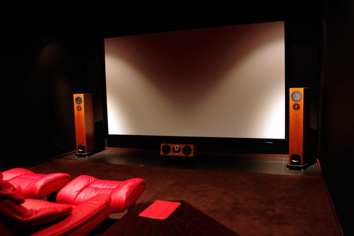 I邸 / スチュワート製パネルスクリーンに高画質4K映像を映し出すブラックルーム Artcoustic