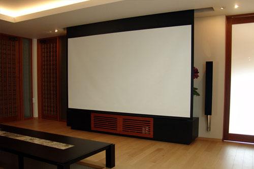 T邸 / BeoLab8000とシンメトリーに配した131インチのスクリーン