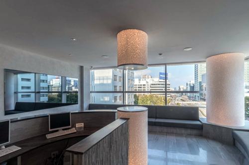 丸の内医院 / 市内を見渡せる眺望の待合室に大型のINTELUXを施工